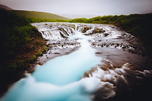 Uma bela pequena cachoeira na islândia