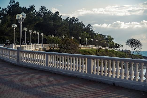 Uma bela perspectiva do dique do mar com balaustrada e lanternas