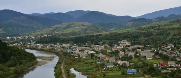 Uma bela vista da aldeia de mezhgorye, região dos cárpatos