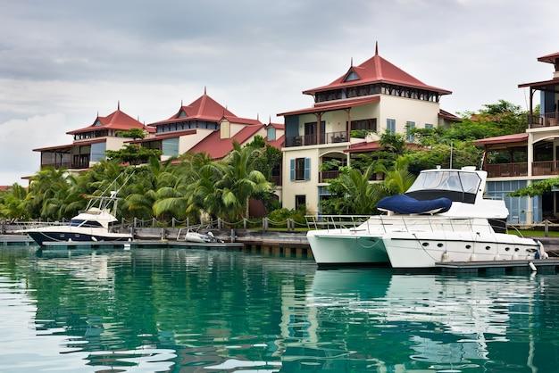 Uma bela vista da marina em eden island, mahe, seychelles