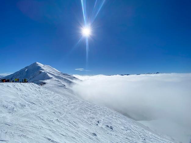Uma bela vista de cima para as montanhas em um dia ensolarado