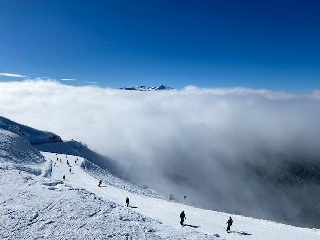 Uma bela vista de cima para as montanhas