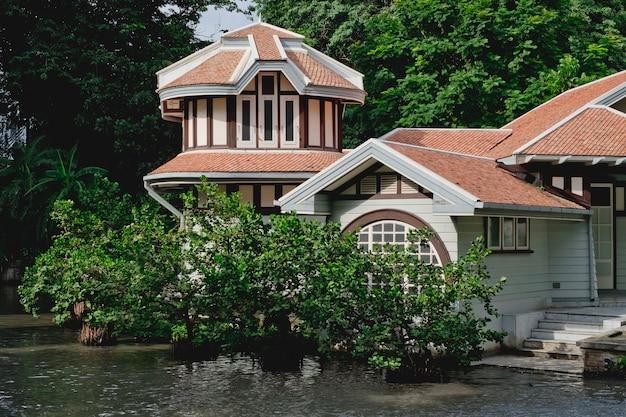 Uma bela vista de uma casa de luxo com árvores e o rio