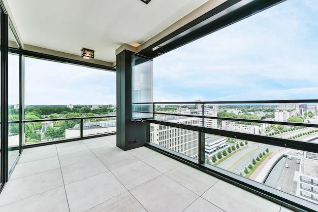 Uma bela vista do prédio residencial da janela