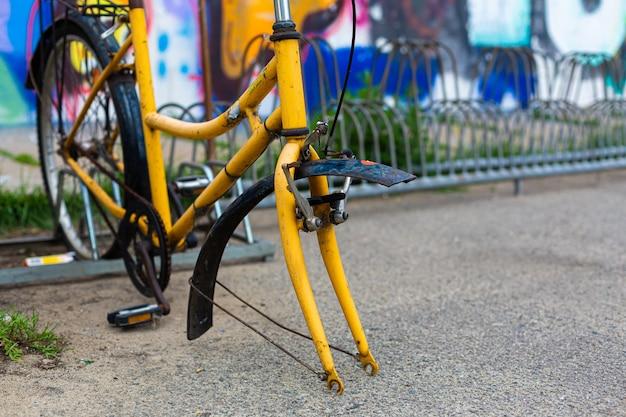Uma bicicleta abandonada sem roda dianteira.