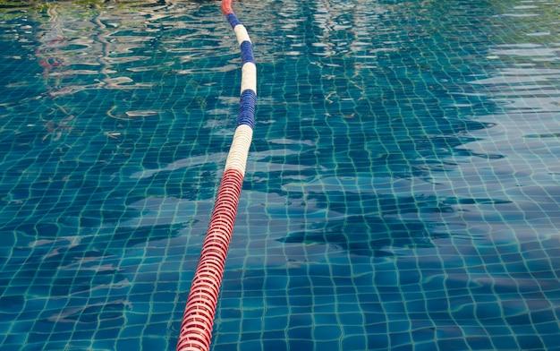 Uma boia flutuante na piscina.