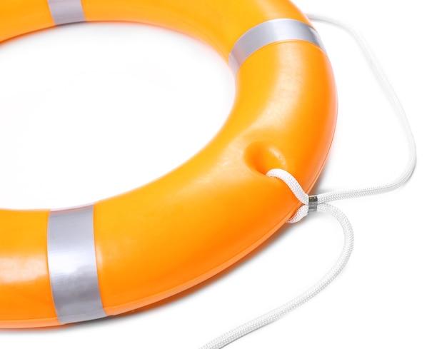 Uma bóia salva-vidas para segurança no mar, isolada no branco