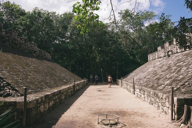 Uma bola de jogo de maias na cidade de coba