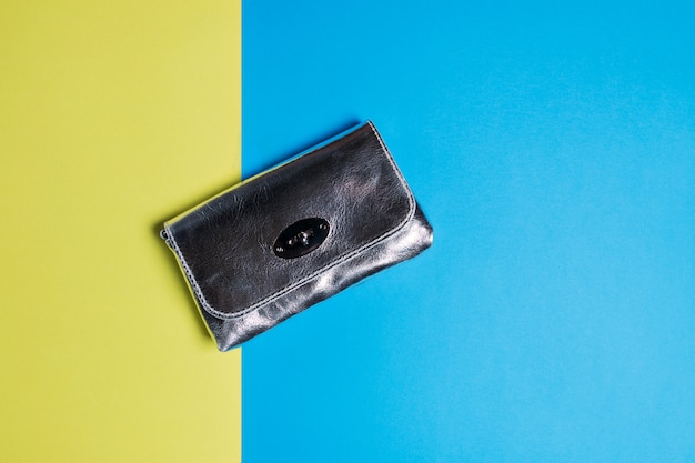 Uma bolsa de prata em um azul amarelo. fechar-se.