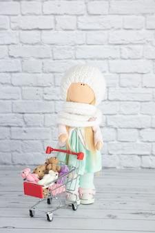 Uma boneca se levanta e segura um carrinho de compras com brinquedos e ursinhos coloridos de pelúcia.
