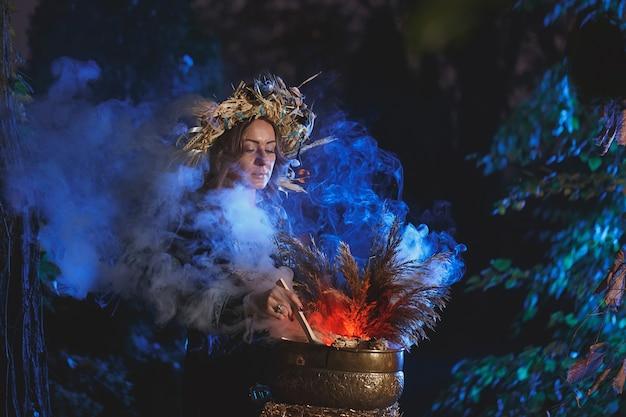 Uma bruxa da floresta prepara uma poção segurando uma boneca vodu