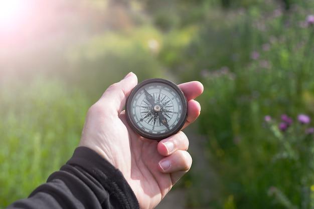 Uma bússola na mão na natureza