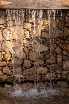 Uma cachoeira artificial na parede de pedra