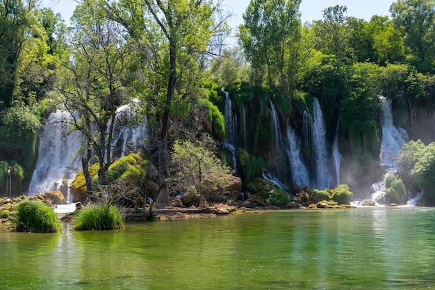 Uma cachoeira muito pitoresca fica no kravice national