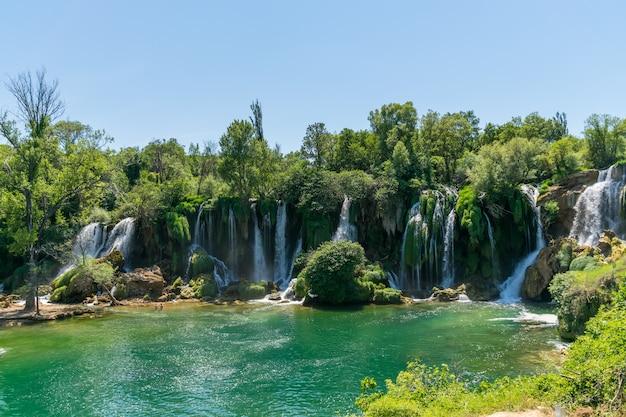 Uma cachoeira muito pitoresca fica no parque nacional kravice, na bósnia e herzegovina.