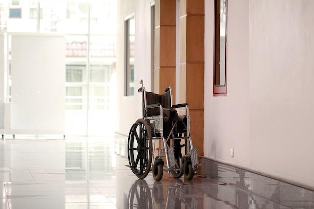 Uma cadeira de rodas no hospital