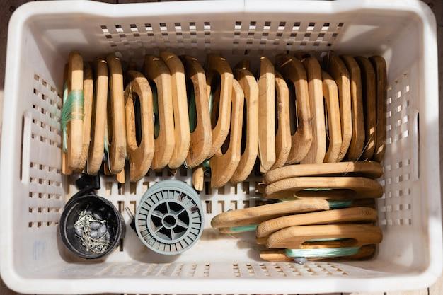 Uma caixa com equipamento de pesca nas calhas do iate para pescar