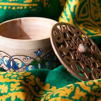 Uma caixa de madeira artesanal com padrões
