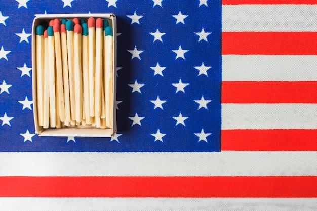 Uma caixa de palito de fósforo aberto na bandeira americana do estado unido