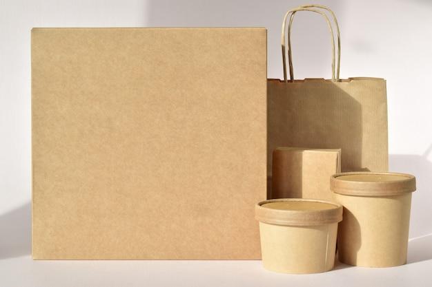 Uma caixa de papelão com recipientes descartáveis