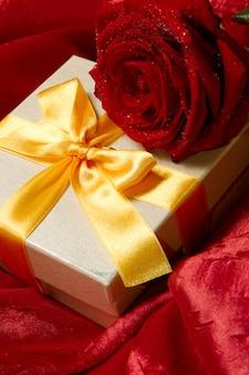 Uma caixa de presente com fita amarela e rosa