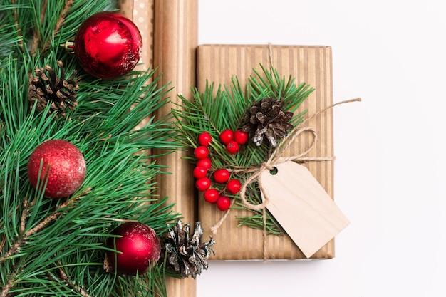 Uma caixa de presente com visco de madeira em branco para papel de saudação.