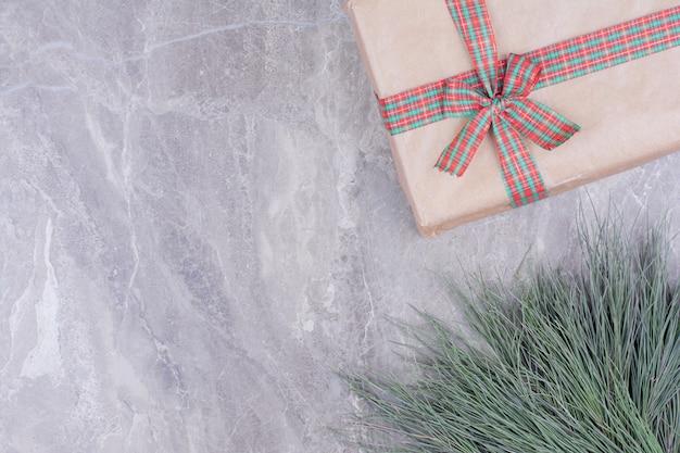 Uma caixa de presente de natal embrulhada com fita