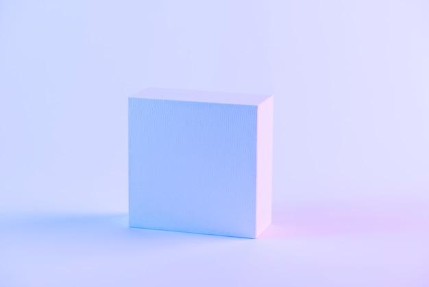 Uma caixa fechada em branco contra um fundo roxo