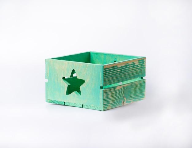 Uma caixa vazia de madeira isolada em um branco