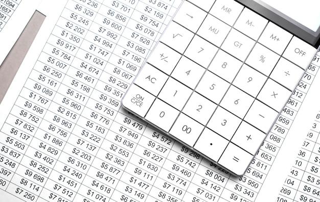 Uma calculadora está em um balanço, os números são estatísticas