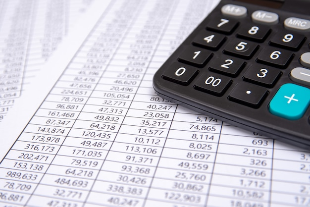 Uma calculadora na ficha financeira, negócios.