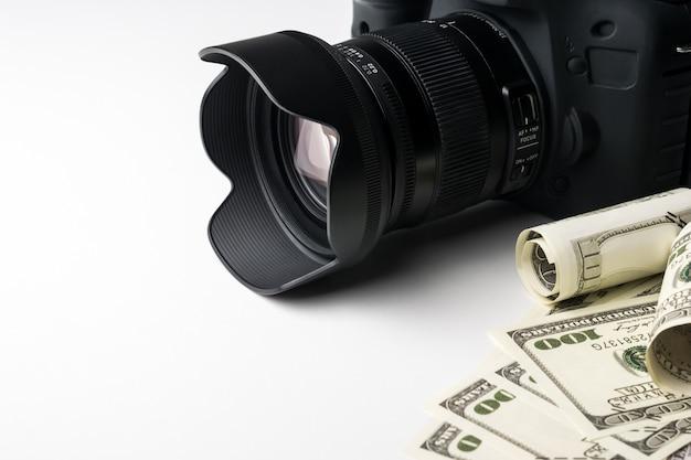 Uma câmara digital preta nas notas de banco com fundo branco.