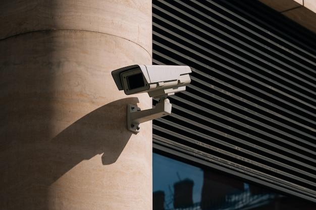 Uma câmera de cftv instalada no centro de negócios. casa residencial protege o território
