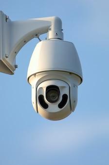 Uma câmera de vigilância por vídeo rotativa de alta qualidade com visão noturna é instalada para garantir a segurança do território.