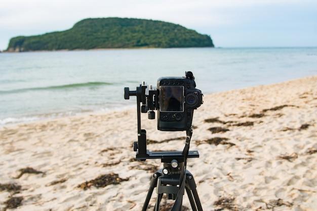 Uma câmera em um tripé para tirar um panorama ao ar livre