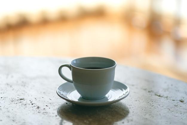 Uma caneca branca de café quente na mesa