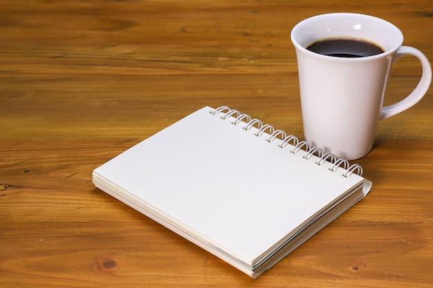 Uma caneca de café e um caderno
