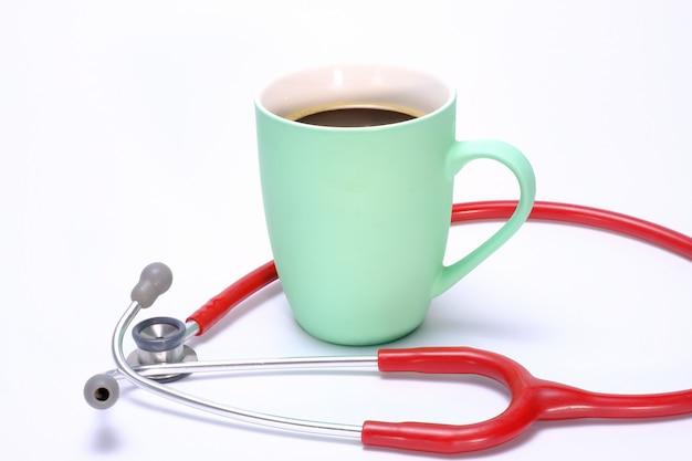 Uma caneca de café verde e um estetoscópio
