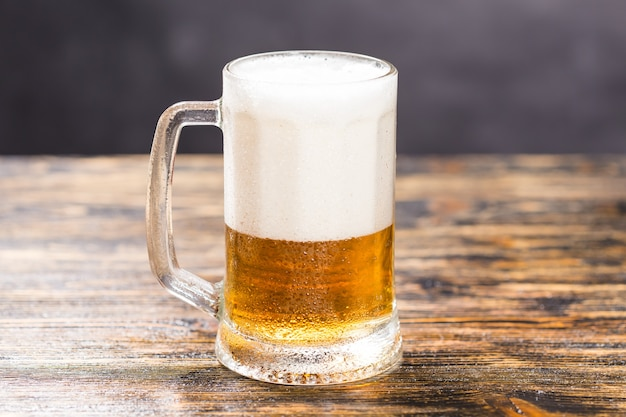 Uma caneca de cerveja em uma mesa de madeira