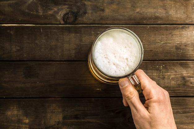 Uma caneca de cerveja na mesa.