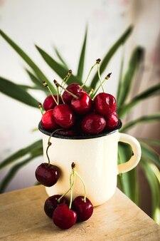 Uma caneca de deliciosas cerejas doces