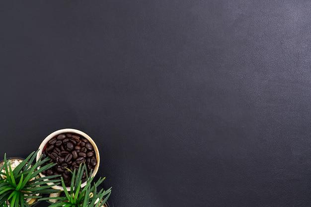 Uma caneca de grãos de café na mesa