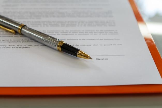 Uma caneta na preparação do contrato de papel para assinar um contrato.