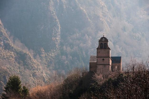 Uma capela solitária rodeada de montanhas