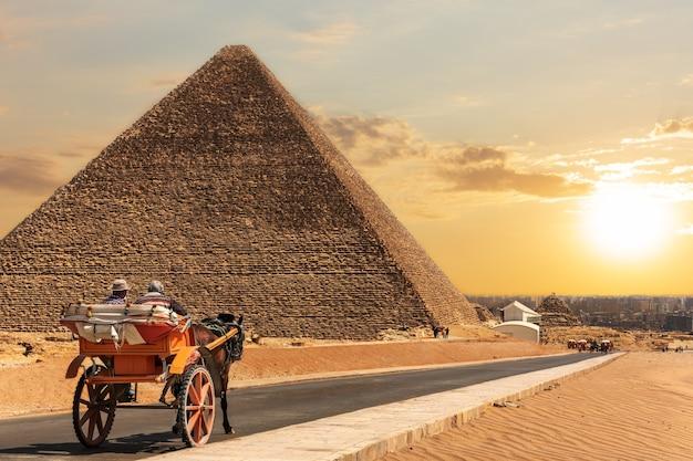 Uma carruagem em gizé, perto da pirâmide de quéops, no egito.