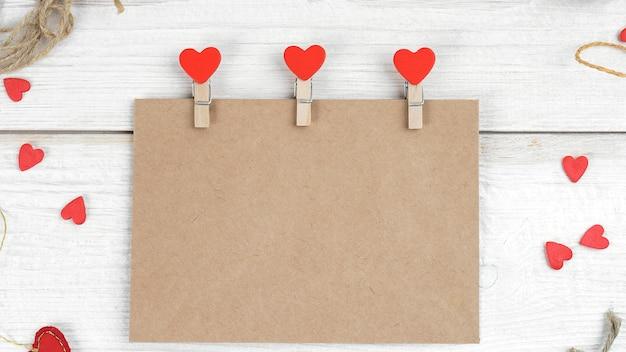 Uma carta de papel artesanal decorada com um coração feito à mão para o dia dos namorados.