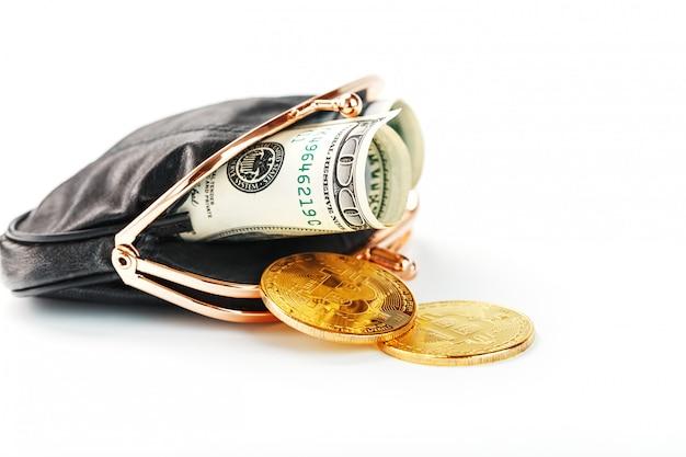 Uma carteira preta aberta com dinheiro dólares e moedas de bitcoin em um fundo branco