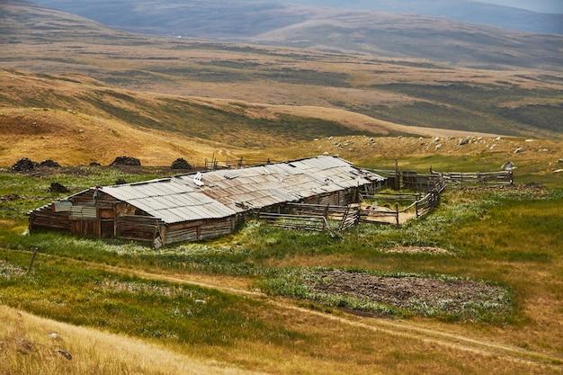 Uma casa abandonada nas estepes, celeiro de animais