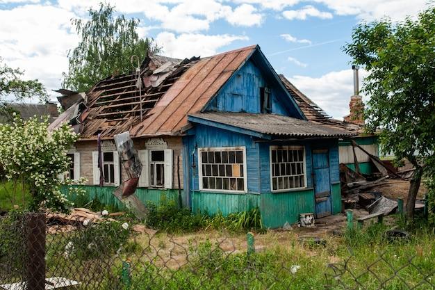 Uma casa com um telhado quebrado