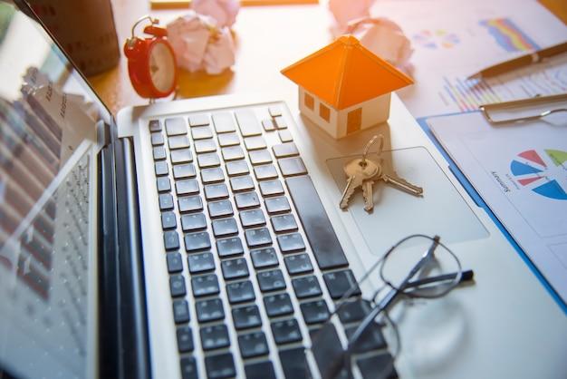 Uma casa de escala em algumas formas de um documento para conceituar o investimento financeiro.